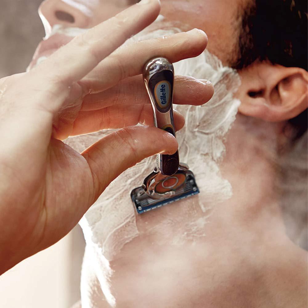 シェービングフォームで髭を剃る男性