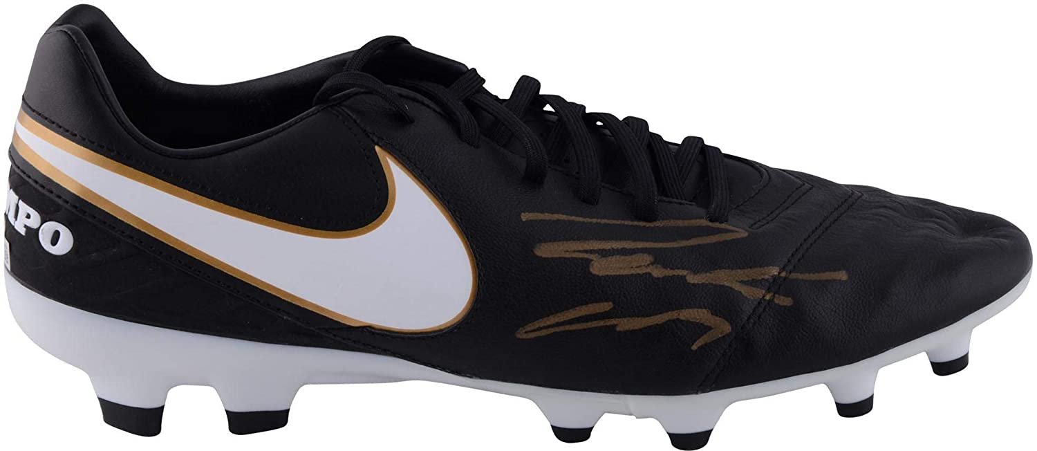 e8fe83ef427 Roberto Carlos Real Madrid Autographed Black and Gold Nike Tiempo Soccer  Cleat - ICONS - Fanatics Authentic Certified at Amazon s Sports  Collectibles Store