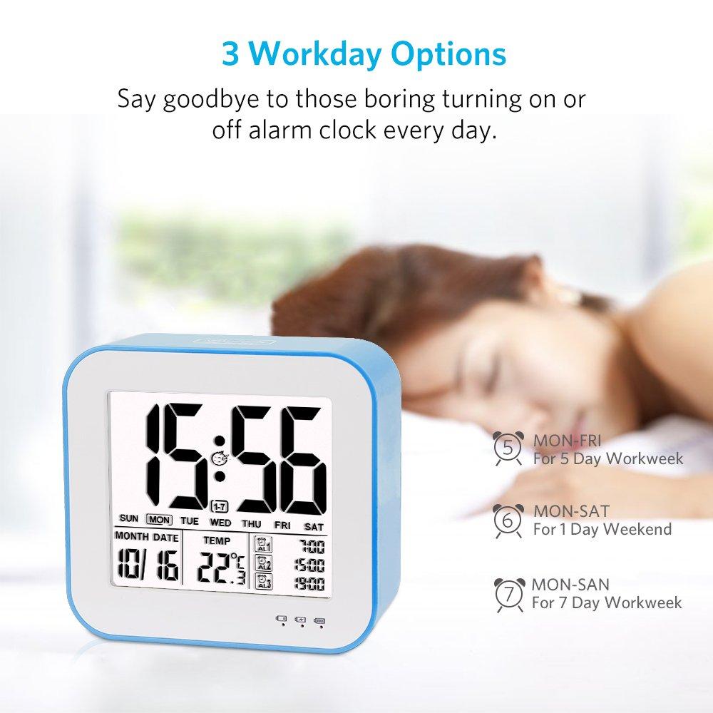 Reloj despertador digital de gran pantalla LCD, 3 alarmas, Retro-iluminación inteligente, con fecha, indicador de temperatura, calendario y luz de noche, ...