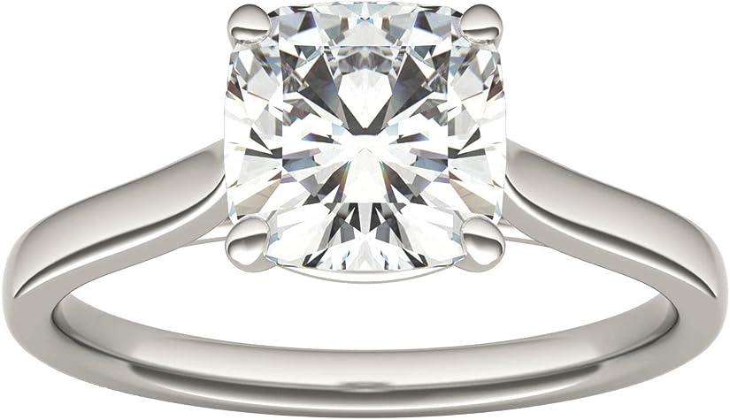 anillo con un diamante corte cojín