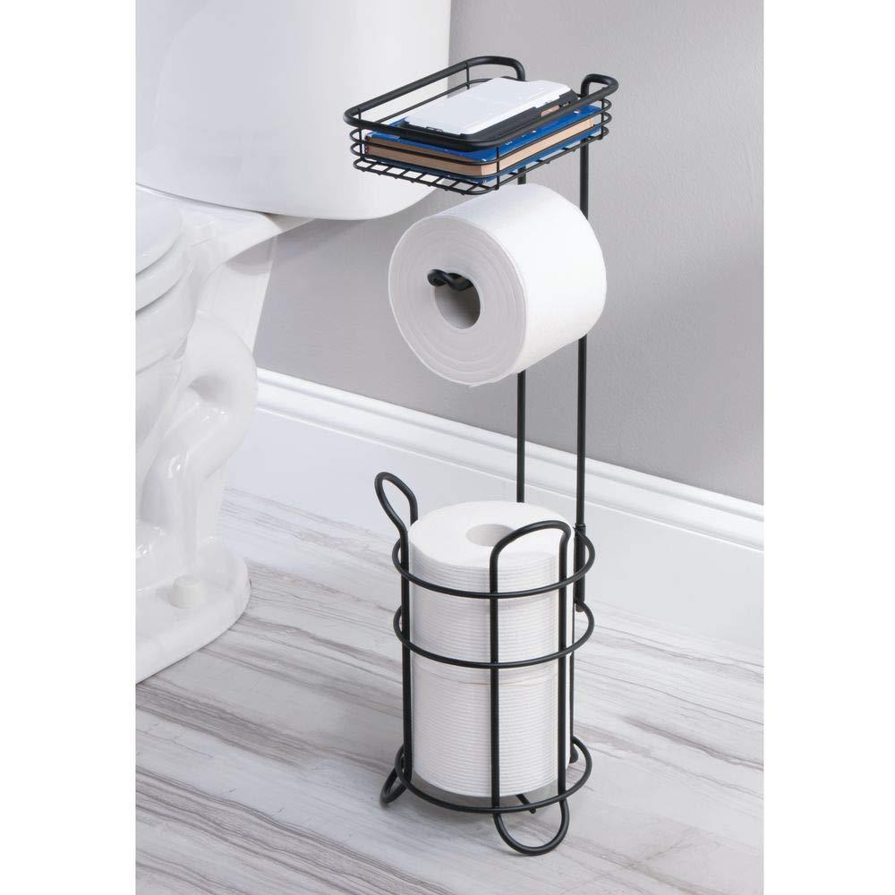 Elegante portarrollos de papel higi/énico de metal con estante mDesign Portarrollos de pie blanco//dorado lat/ón Moderno soporte de papel higi/énico con espacio de almacenaje para rollos de recambio
