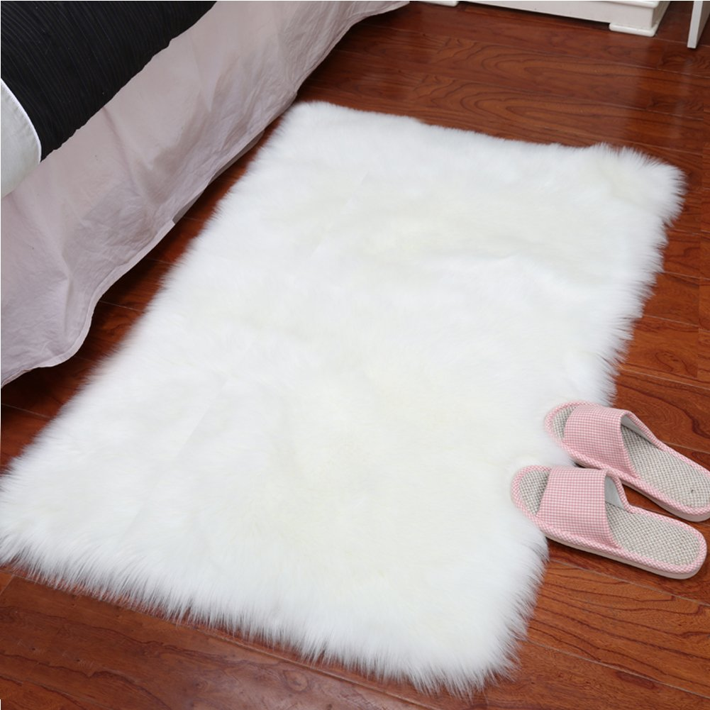 YJ.GWL Super Soft Faux Fur Sheepskin Area Rug Shaggy Silky Plush Carpet White Faux Fur Rug for Bedroom Bedside Rugs Floor, 2ft x 3ft White