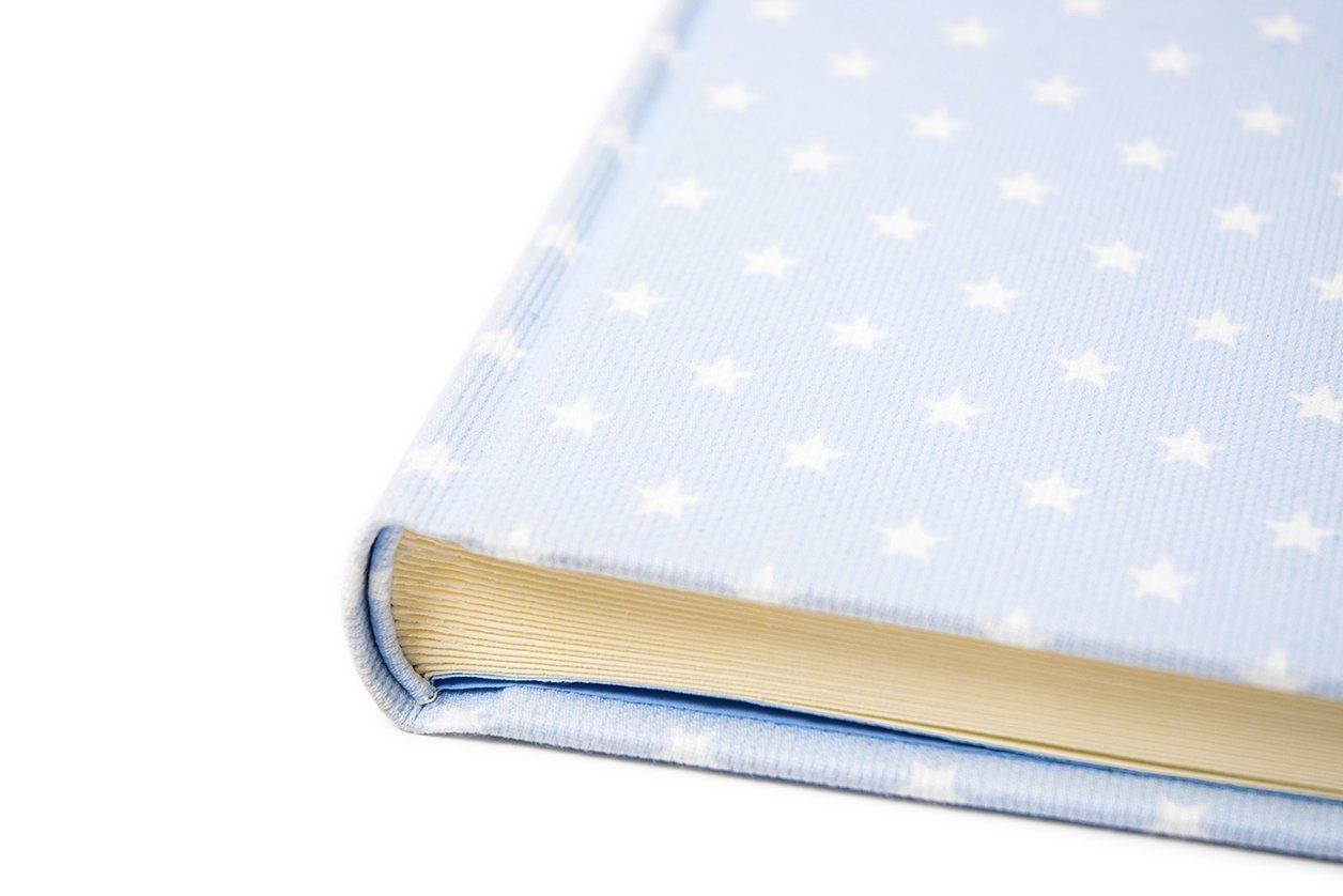 5d7b15be557 Álbum BABY para fotos de bebé - 25x25cm Azul cielo con estrellas blancas -  Páginas crema