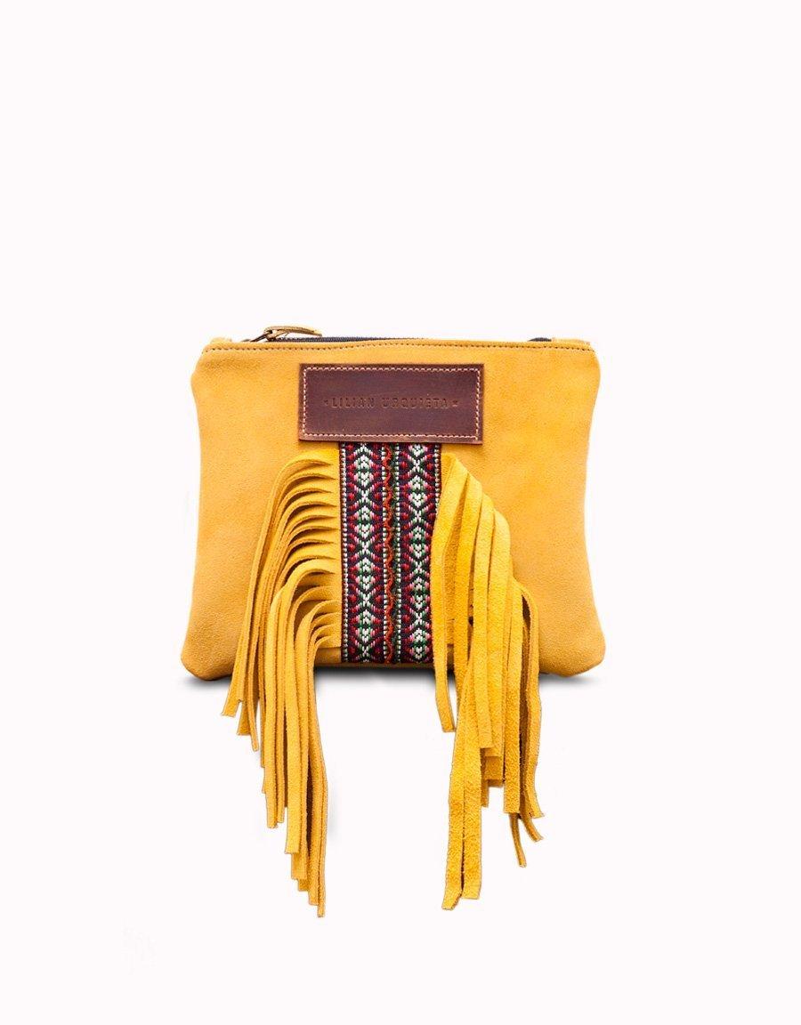 Bolso bandolera de serraje con flecos y detalle de cinta étnica.