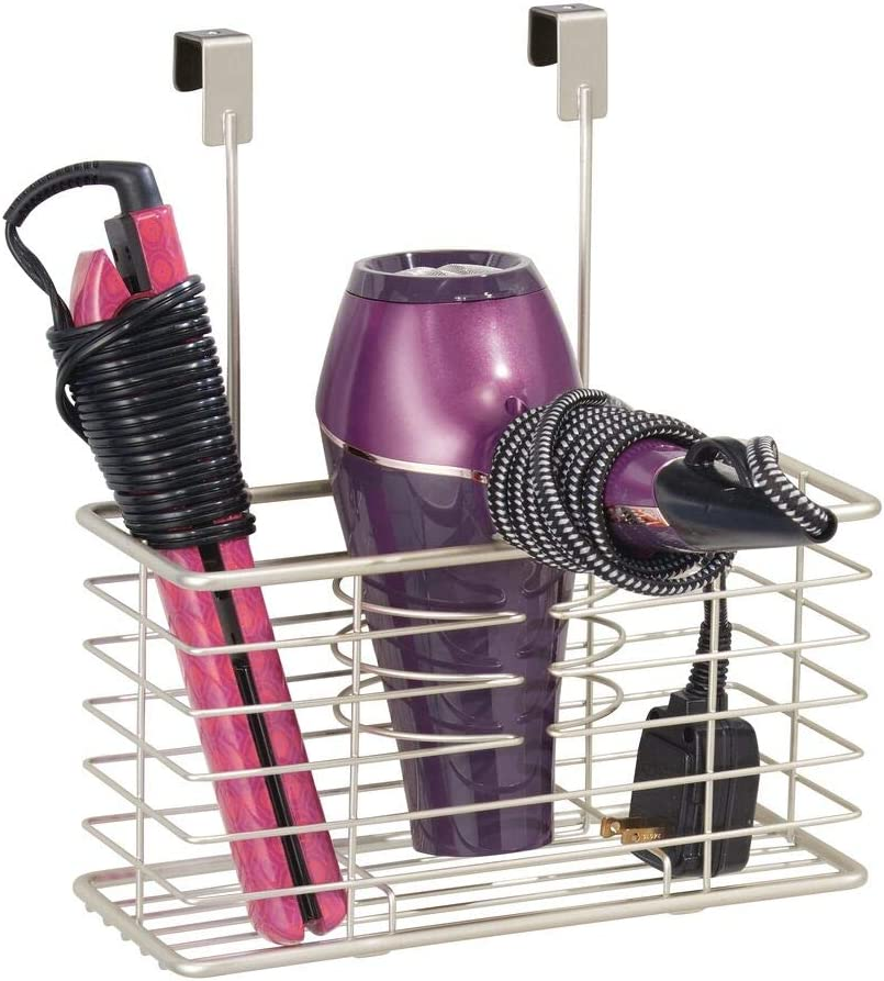 mDesign Soporte para secador de pelo sin taladro – Práctico colgador de puerta con cesto de rejilla – Estante multifunción – Organizador de baño para secador, rizador y plancha – plateado mate