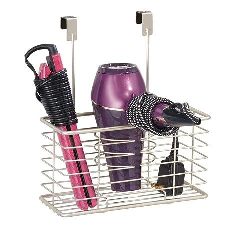 mDesign Soporte para secador de pelo sin taladro – Práctico colgador de puerta con cesto de