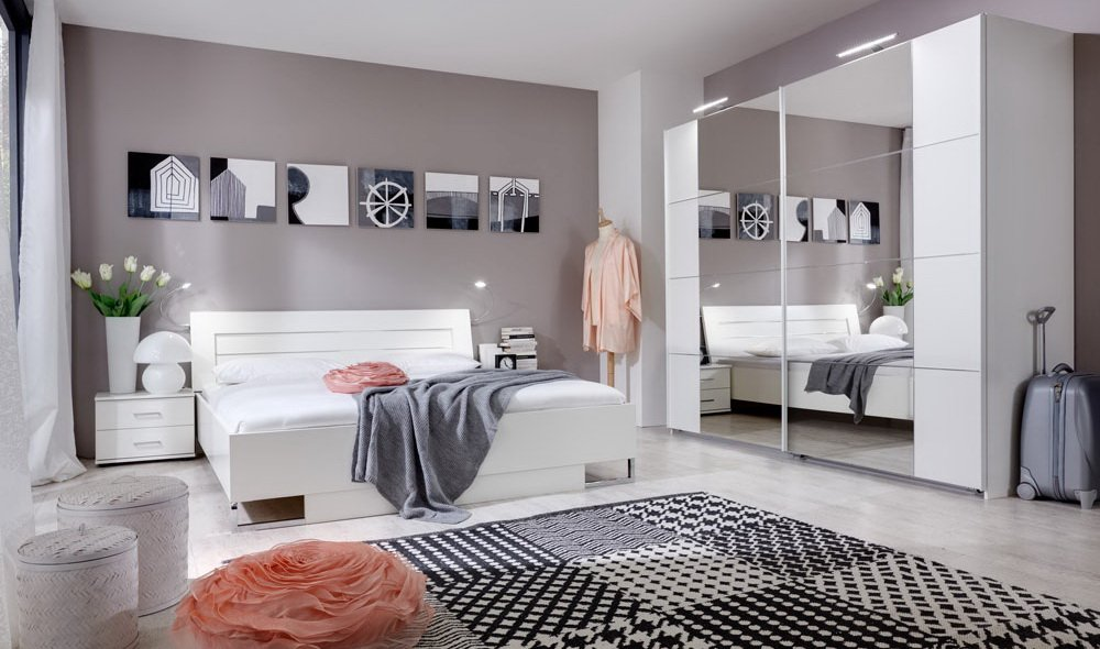 Schlafzimmer Alpinweiß mit Aufleistungen in Chrom glänzend, Schwebetürenschrank Breite: 270 cm, Bett 180 x 200 cm, 2 x Nachttisch Breite: 52 cm