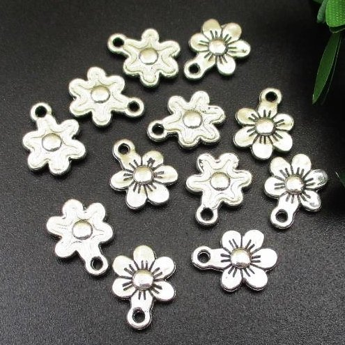 (40 Flower Charms Antique Silver Tone 12x9mm (NS786))