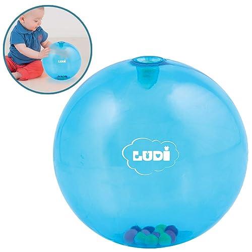 LUDI - Balle d'éveil bleue pour bébé. Dès 6 mois. Des petites billes colorées dans la balle captivent l'attention ! Développe la dextérité et de la motricité. Diamètre : 20 cm - réf. 2786