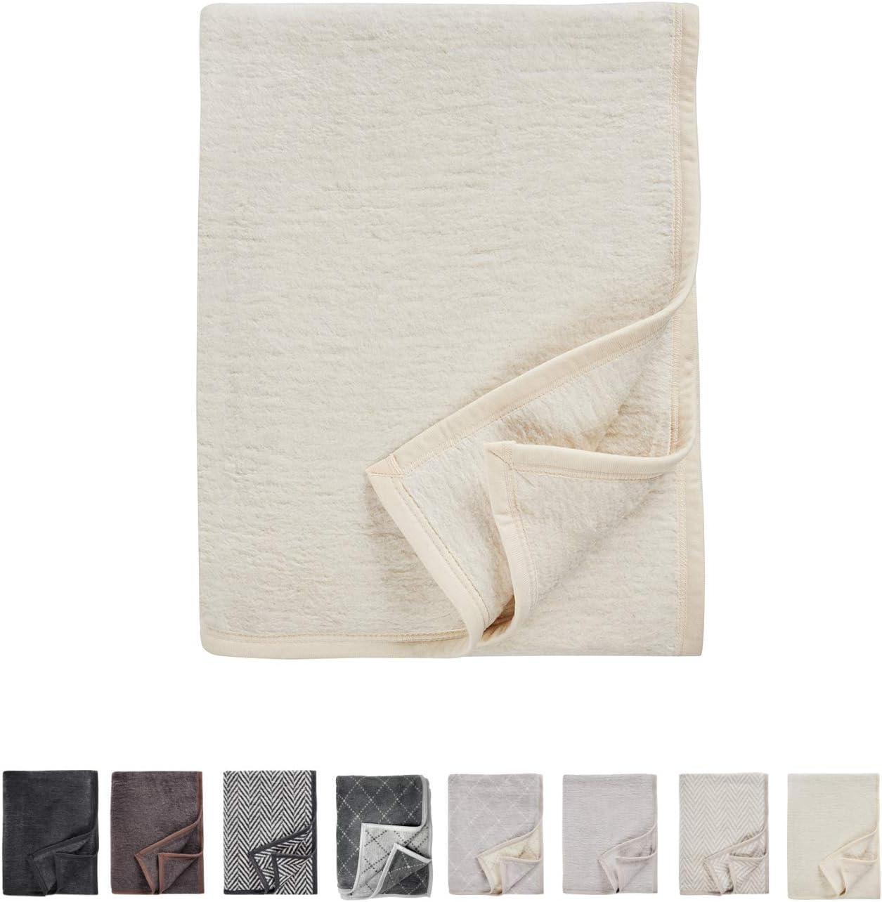AKION Germany - Manta beige / blanca para descanso y confort - perfecta para sofá o cama de tacto agradable y versátil - 150 x 200 cm