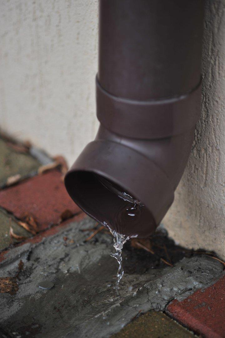 RainWay 90 wei/ß Regenrinne |/Rohrhalterung sto/ßfest PVC Rohrschelle