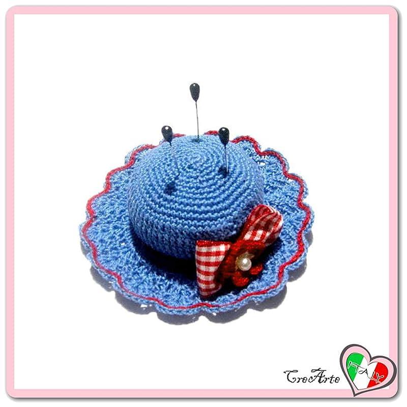Alfiletero azul y rojo en forma de sombrero de ganchillo ...