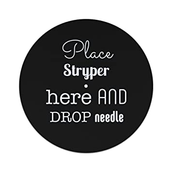 Disco de fieltro con texto en inglés: «Place Stryper here and drop the needle