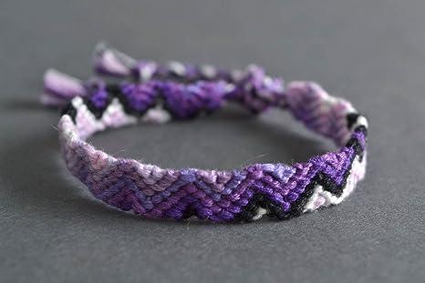 2184d25b9a1d Pulsera de hilos en tecnica macrame artesanal de color violeta ...