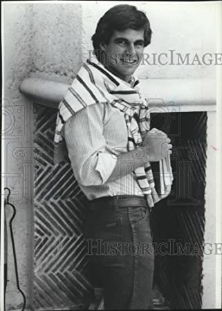 Amazoncom 1981 Press Photo Man In Rolled Up Long Sleeves And