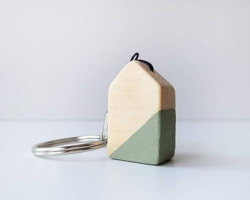 Original llavero de madera con forma de casita verde oliva ...
