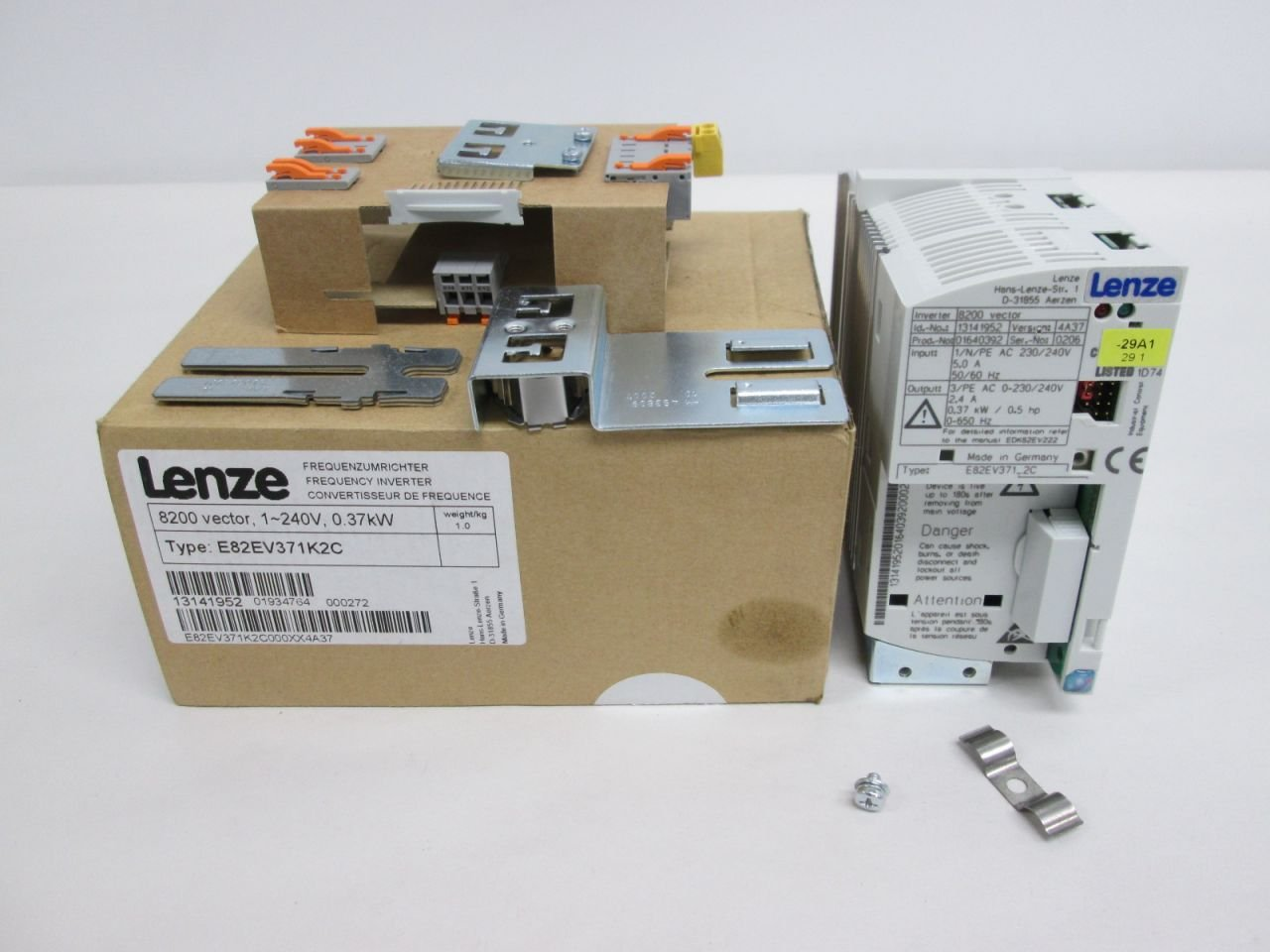 NEW LENZE E82EV371K2C FREQUENCY INVERTER 8200 VECTOR 240V-AC MOTOR DRIVE D323281