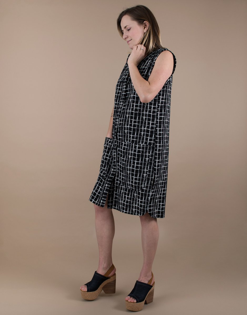 Women's Sleeveless Abstract Grid Print Black and White Shirt Dress