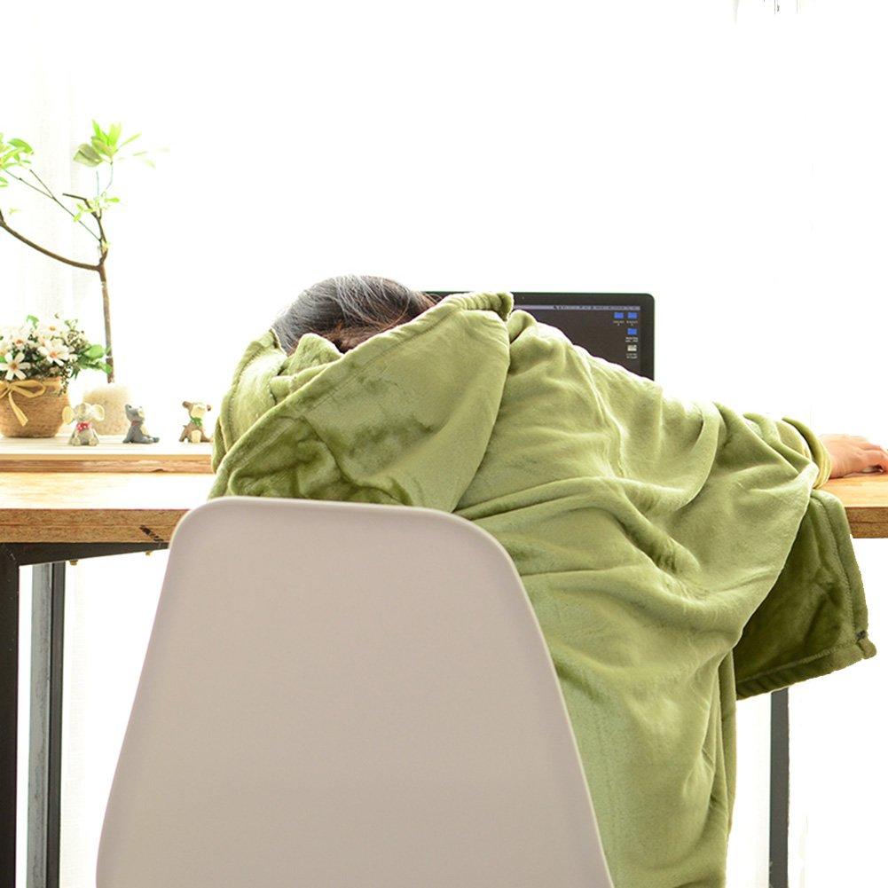着る毛布を着た女性