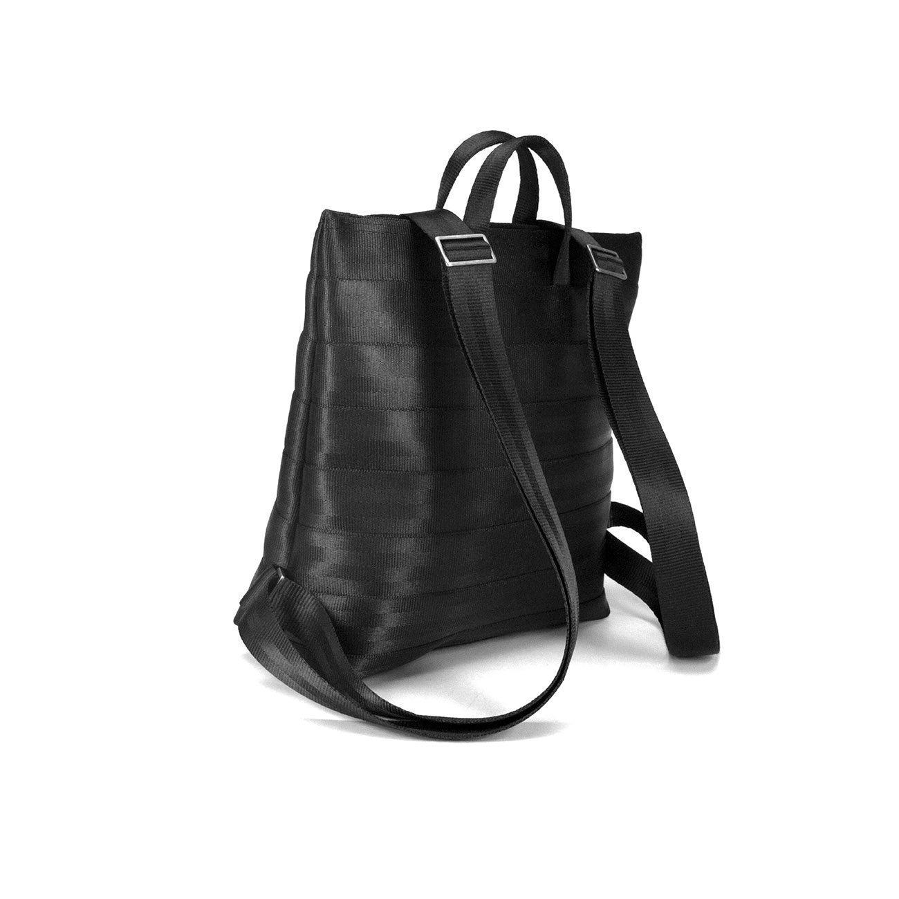 e7ced6e37af Mochila pequeña hecha con cinturones de seguridad reciclados. Con luz LED  integrada en el forro y 2 bolsillos interiores.: Amazon.es: Handmade