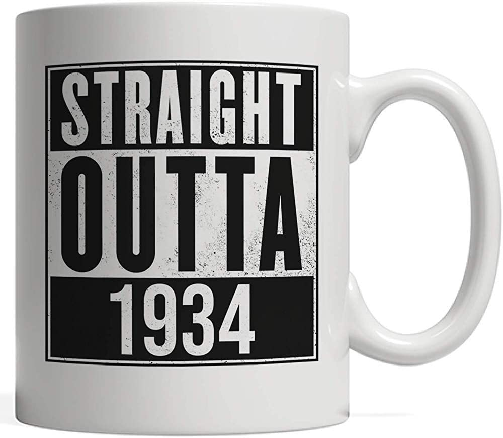 Taza de porcelana Straight Outta 1934 Mug | Divertido regalo de cumpleaños 85 Ochenta y cinco años Cumpleaños y aniversario - Old School Urban Hip Hop y Street Gangsta Rap