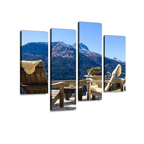 Sillones de madera en una terraza de Mountain Lodge ...