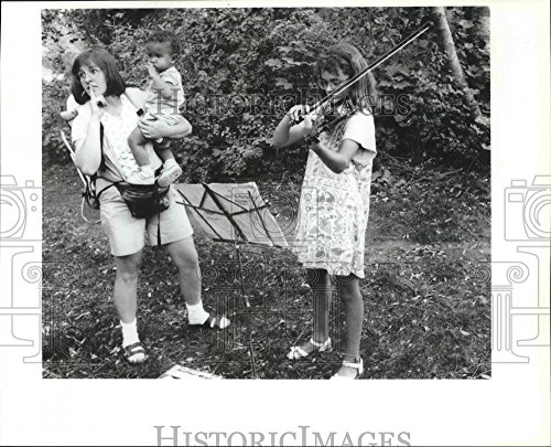 1992 Press Photo Amy Robinson Gives Amy Nelson a Violin Lesson in a (Nelson Violin)