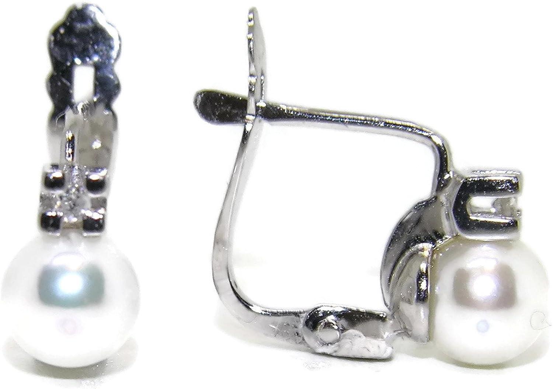 Preciosos y clásicos pendientes de 0.04cts de diamantes en oro blanco de 18Ktes con 2 perlas cultivadas de 5mm. cierre pala tamaño; 0.8cm de alto por 0.5cm de ancho