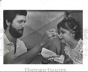 Vintage Photos 1985 Press Photo Father Feeding his Daughter at Cajun Food Festival noa52103