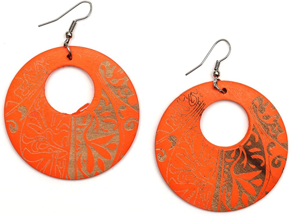 Idin Jewellery - Pendientes colgantes redondos de madera grabados en naranja con motivos tribales