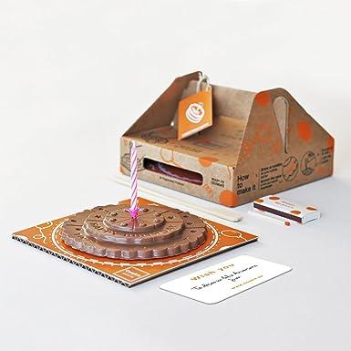 Pastel de cumpleaños de chocolate con leche. chocolate con leche. pastel de cumpleaños.