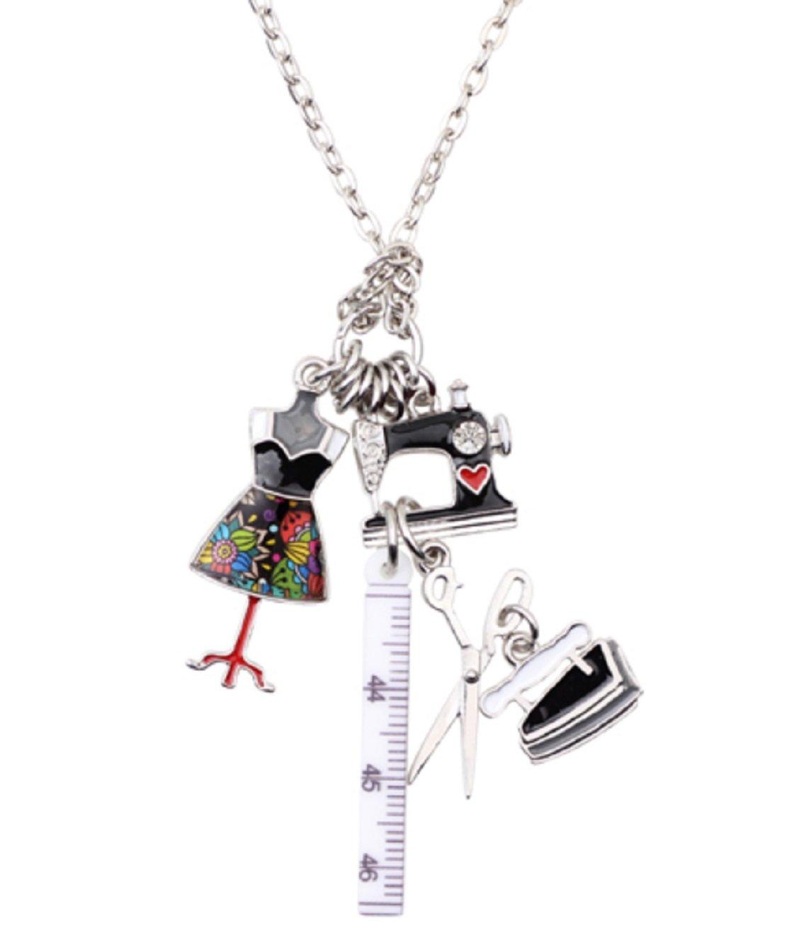I Love Sewing。Mannequin、定規、アイアン、Scissorネックレスはブラック、レッド、ラインストーンとクリスタル&グレーエナメル。Really特別な。   B07BBQWY89