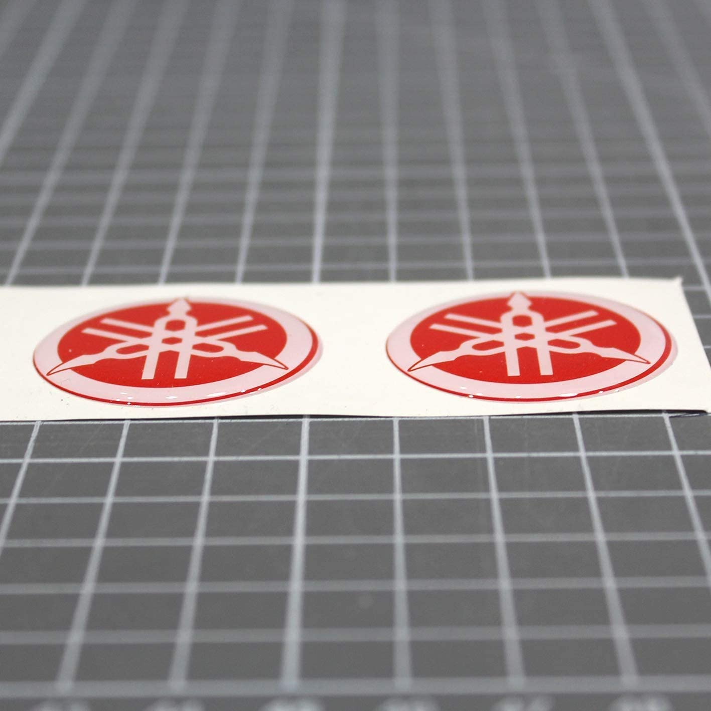 effetto 3D GOMMATO 2 Adesivi resinati N Stemma logo decal YAMAHA kit da 2 pezzi diapason- per SERBATOIO o CASCO