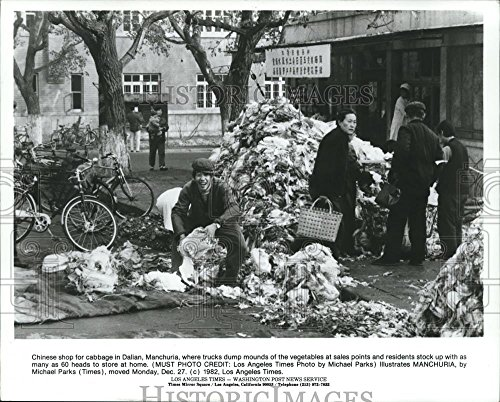 Vintage Photos Historic Images 1982 Press Photo Piles Cabbage in Dalian, Manchuria, Red China - hca15738-8.25 x 10.25 in