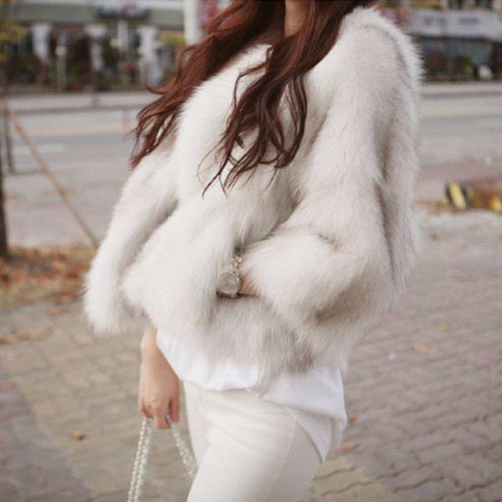 白のファーコートに白のパンツを合わせたコーデ