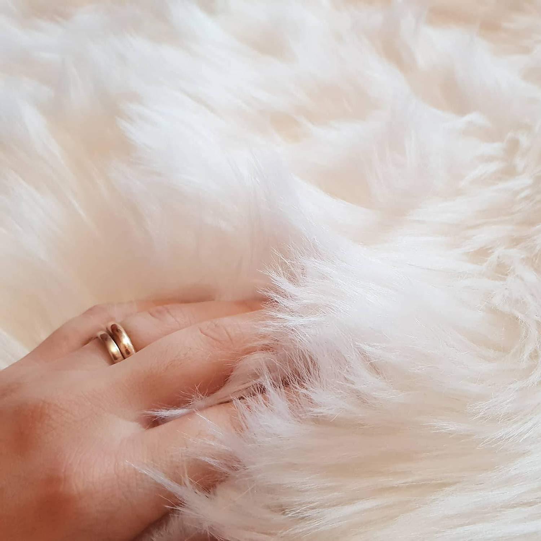 bedee Tapis Mouton Fausse Fourrure, Imitation Moquette Synthetique Belle Doux Poils Longs Décoratif Coussin de Chaise Canapé Tapis Cocooning (70 x 110 cm)