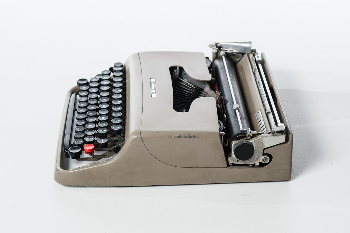 Máquina de escribir portátil letra 22 Olivetti de 1950 en funcionamiento, color gris y negro: Amazon.es: Hogar