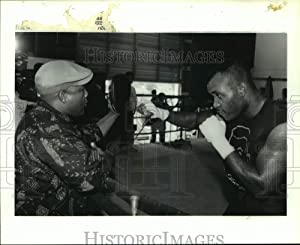 Historic Images - 1992 Press Photo George Foreman Gives Boxer Reggie Johnson Tips at Houston Gym.