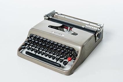 Máquina de escribir portátil letra 22 Olivetti de 1950 en funcionamiento, color gris y negro