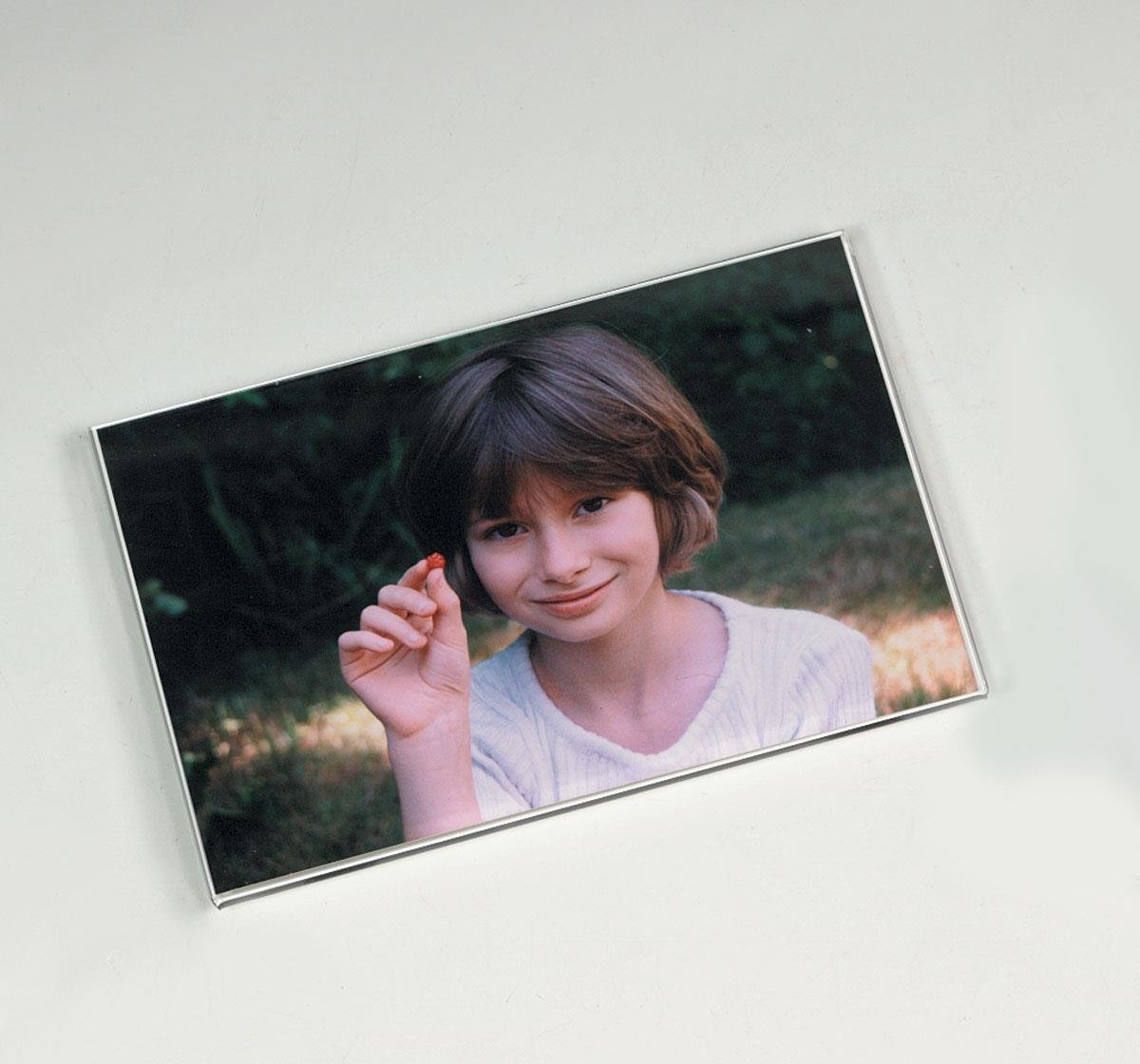 Displays2go Set of 20, Magnetic Photo Frames for 6 x 4 Inch Pictures, Includes 2 Magnets and 2 Sticky Pads for Attachment to Any Surface - Clear Acrylic, No Frame or Border by Displays2go (Image #1)