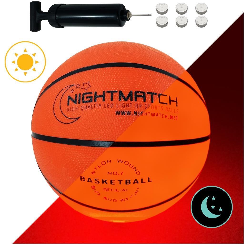Ballon de Basket Lumineux NightMatch - pompe à ballons et batteries de rechange incluse - lluminé de l'intérieur par deux LED lorsqu'on le frappe - Lumière de nuit ballon - Taille 7 - Taille et poids officiels - Basketball Amatopia Labels UG