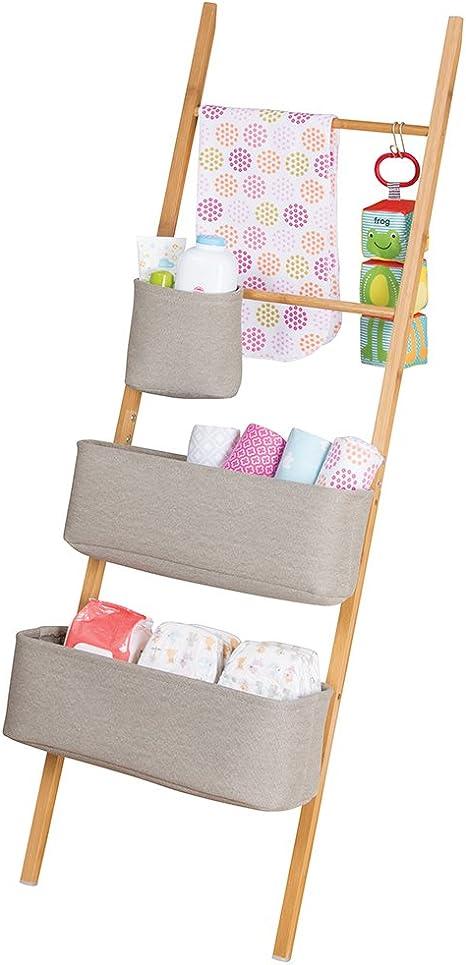 mDesign estantería escalera - Estanteria ropa para artículos de bebé, juguetes, etc. - Estante madera con tres bolsas de almacenamiento - Color natural / gris: Amazon.es: Bebé