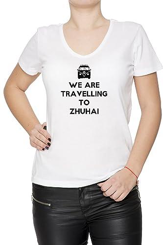 We Are Travelling To Zhuhai Mujer Camiseta V-Cuello Blanco Manga Corta Todos Los Tamaños Women's T-S...