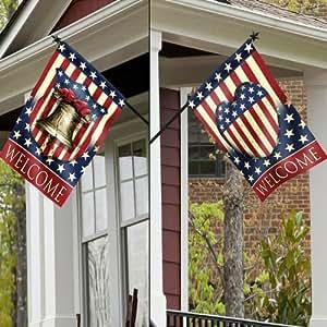 Vintage bandera de orgullo casa con poste de madera