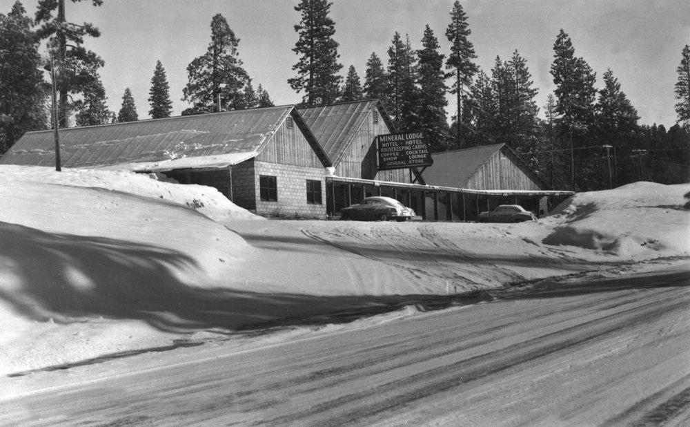 ミネラル、カリフォルニア – Exterior Mineralロッジ、冬のシーンのビュー 36 x 54 Giclee Print LANT-12440-36x54 B01MPVLSJL  36 x 54 Giclee Print