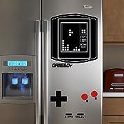 Ricorda i bei tempi andati e rasforma il tuo anonimo frigo in un gigantesco videogioco Gameboy vintage con questo adesivo geniale e divertente.