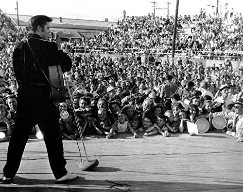 Elvis Presley performing Photo Print (10 x 8)