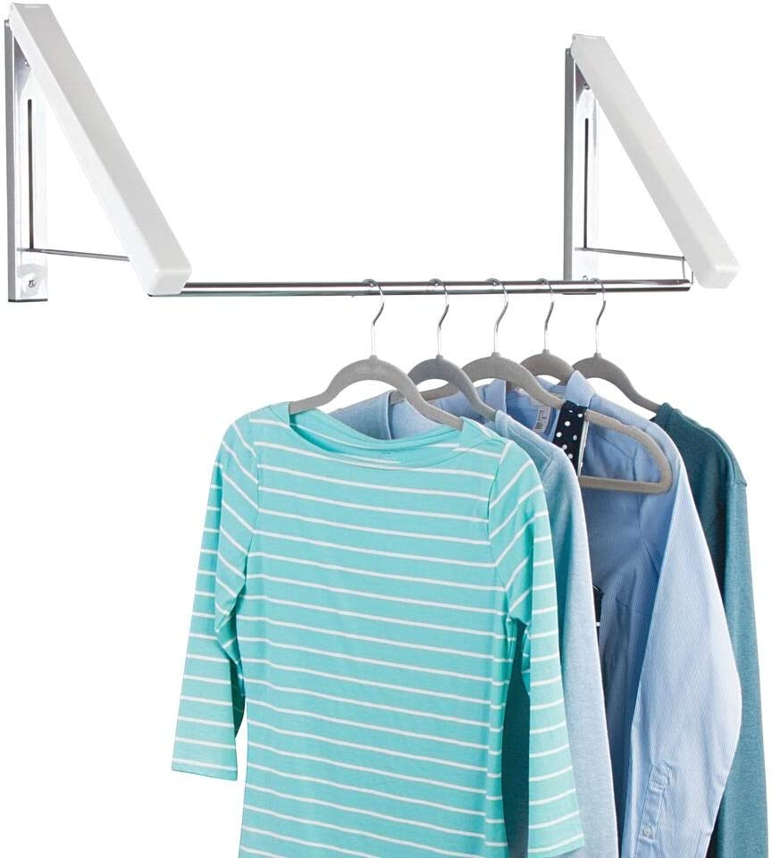 mDesign Perchero de pared para la lavandería, el baño o el dormitorio – Práctico colgador de ropa de metal para la ropa de la tintorería – Escuadra metálica de pared para perchas de ropa – blanco