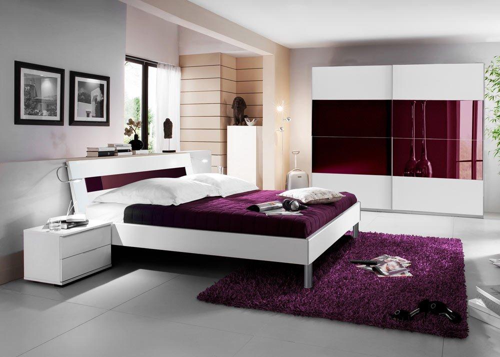 Schlafzimmer 3-tlg. in alpinweiß mit Abs. in Glas brombeer, 2-trg. Schrank B: 225, cm, Futonbett 180 x 200 cm, 2 Nachtschränke B: 52 cm