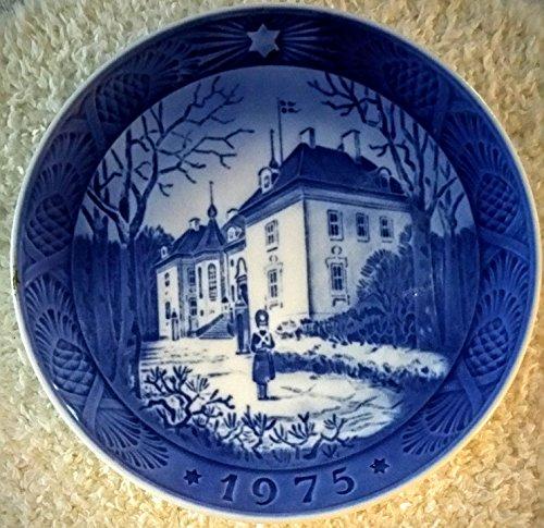 (Royal Copenhagen Porcelain Plate - 1975 the Queen's Christmas Residence)